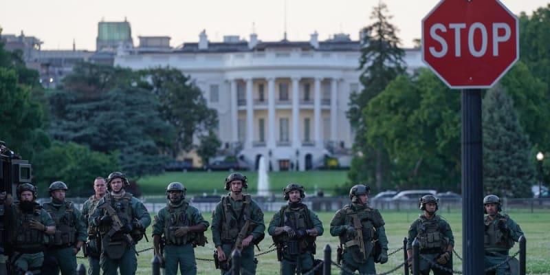 Vojáci před Bílým domem.