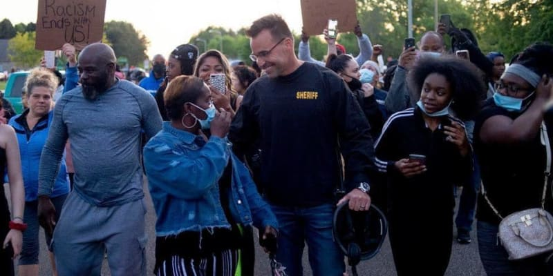 Policejní náčelník Chris Swanson se připojil k demonstrantům.