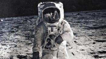 Falcon 9 oživil konspirační teorie: Američané nepřistáli na Měsíci a tají UFO