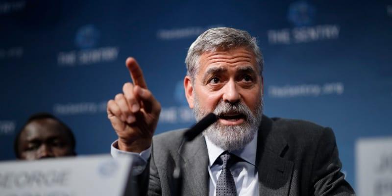 """""""Potřebujeme zákonodárce a politiky, kteří jsou stejně féroví vůči všem obyvatelům. Ne vůdce, kteří přiživují nenávist a násilí, jako kdyby střílení zlodějů nebylo jen zástěrkou pro rasismus,"""" řekl George Clooney."""