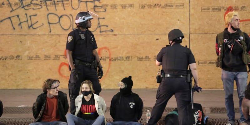 V New Yorku se protestovalo přes den a navzdory zákazu vycházení i v noci. Proběhly i střety demonstrantů s policií