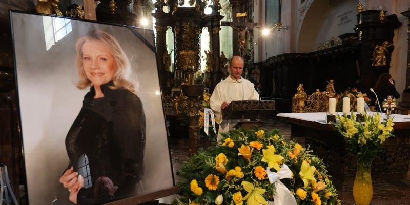Zpěvačka zemřela 14. března 2020.