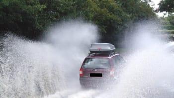 Varování meteorologů, většinu ČR zasáhne vydatný déšť, pozor na cestách