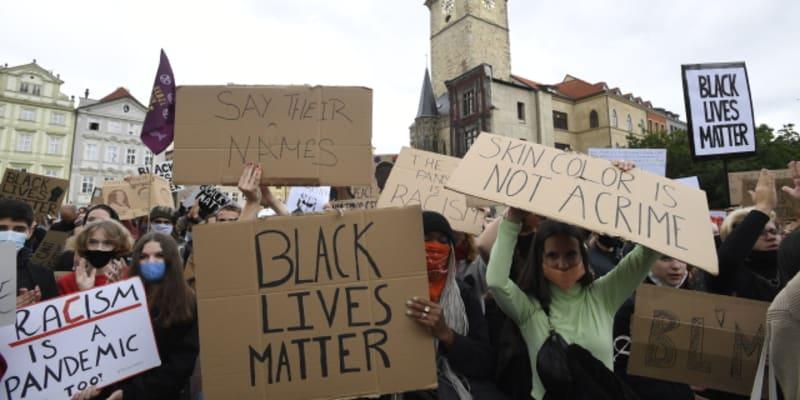 V Praze protestují stovky lidí