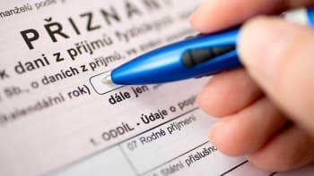 Na daňové přiznání dostanou Češi více času. Respirátory koupíte levněji