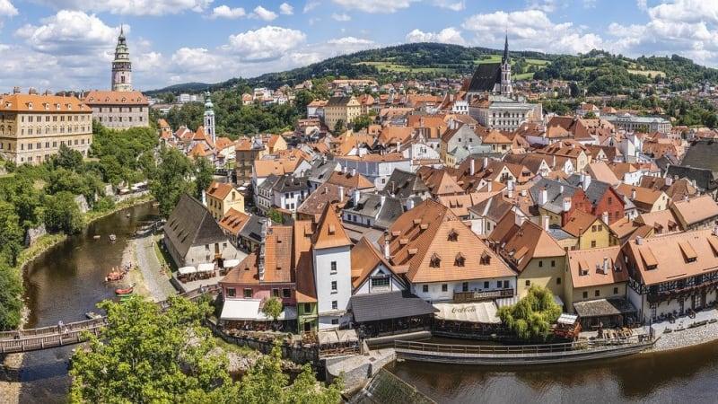 Český Krumlov a Praha plánují změny v přístupu k turistům