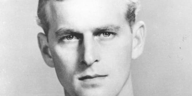 Philip studoval královskou námořní akademii v Dartmouthu a za druhé světové války povýšil na námořního poručíka.