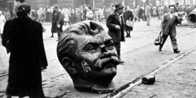 Hlava Stalinovy sochy, kterou rozbili demonstranti během povstání v Maďarsku v roce 1956.
