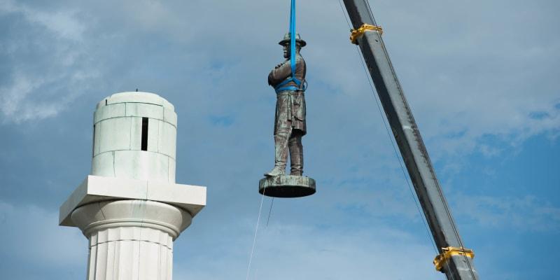 Demontáž sochy konfederačního vojevůdce Roberta Leeho v roce 2017. Na náměstí v New Orleans je dnes jen prázdný sloup.