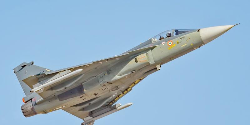 Vojenští piloti v Indii testují zařízení, které reaguje na pohyb očí. Cílem je, aby nemuseli sundávat ruce z prvků, jimiž ovládají řídící a zbraňové systémy letadla