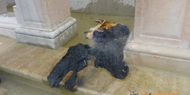 V blízkosti Mariánského sloupu se dvaačtyřicetiletý muž pokusil založit oheň.