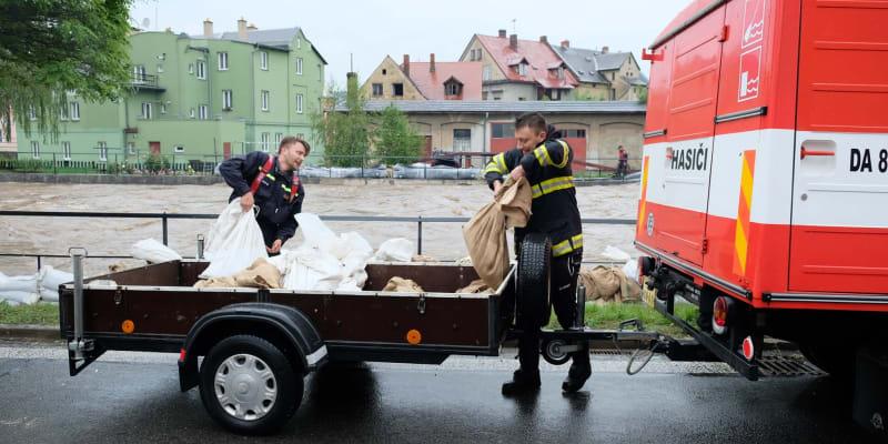 Dobrovolní hasiči při přípravě protipovodňových opatření v sobotu 20. června.