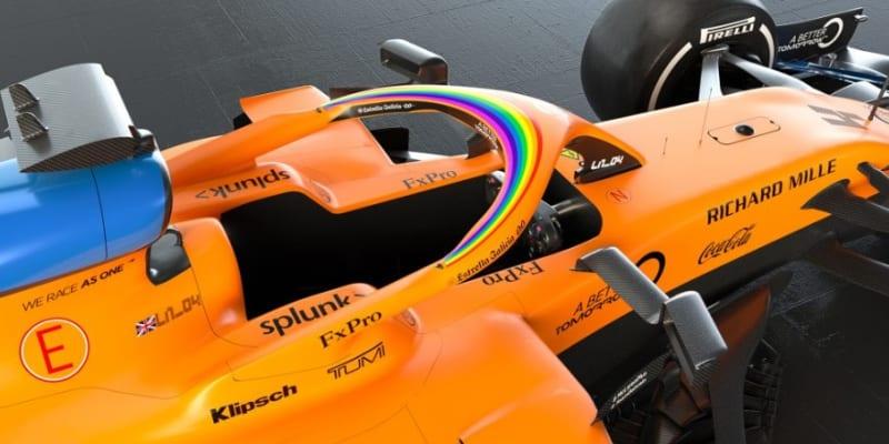 Formule 1 s duhou na kapotě