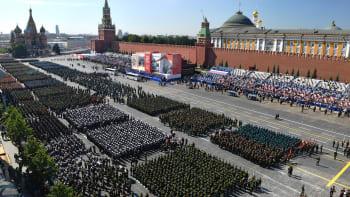 Velvyslanec Pivoňka jede na vojenskou přehlídku v Moskvě. Špatný vtip, reaguje opozice