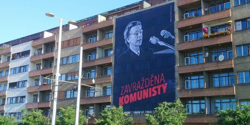 Lidé si mohou plakáty vyvěsit i na domy.
