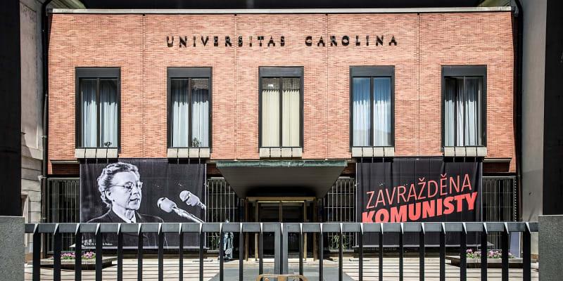 Plakát iniciativy Milada 70: Zavražděna komunisty visí například na budovách Univerzity Karlovy.