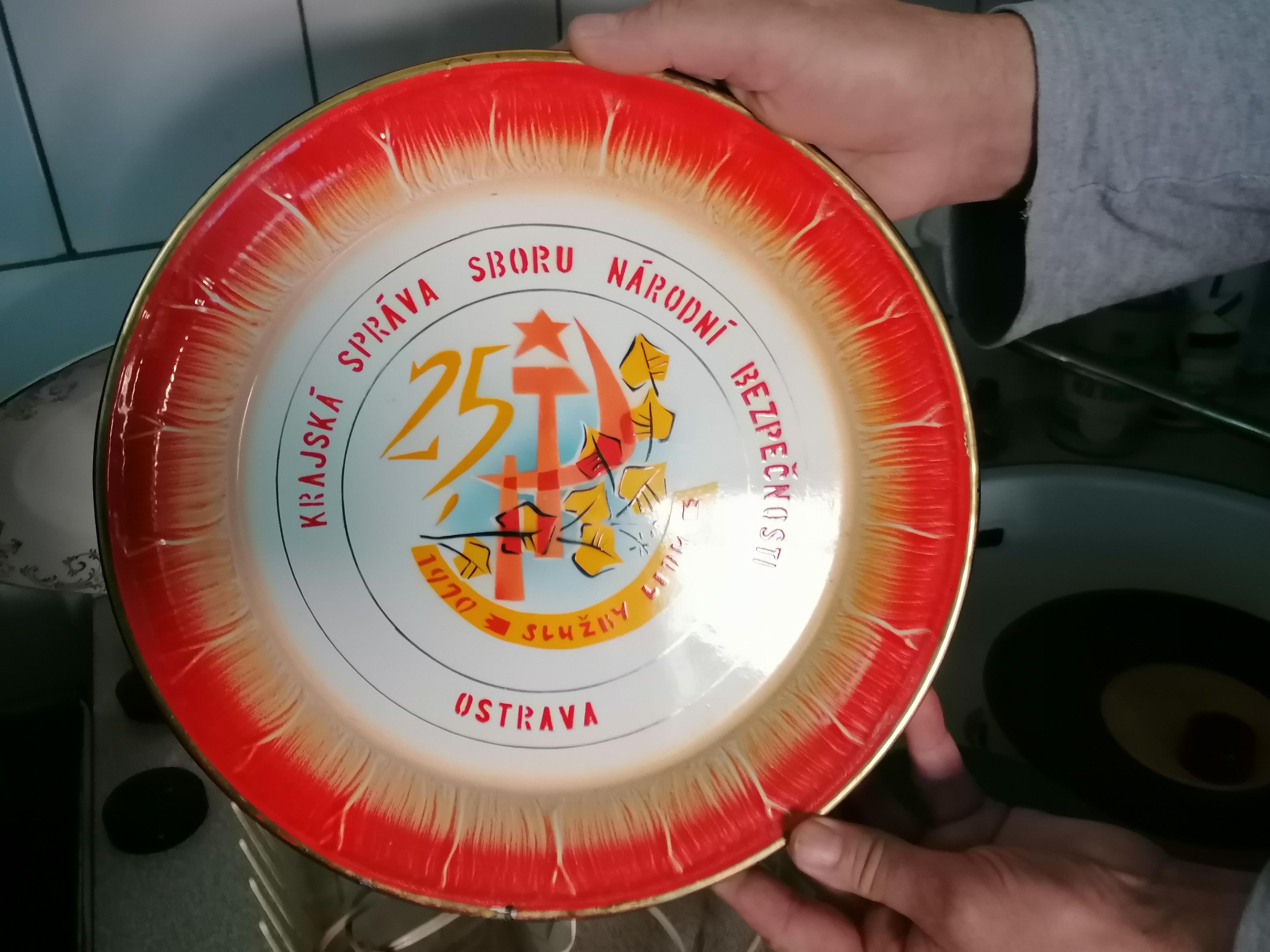 V expozici je k vidění třeba pamětní talíř věnovaný za věrné služby ve Sboru národní bezpečnosti (SNB), s malovaným srpem a kladivem.