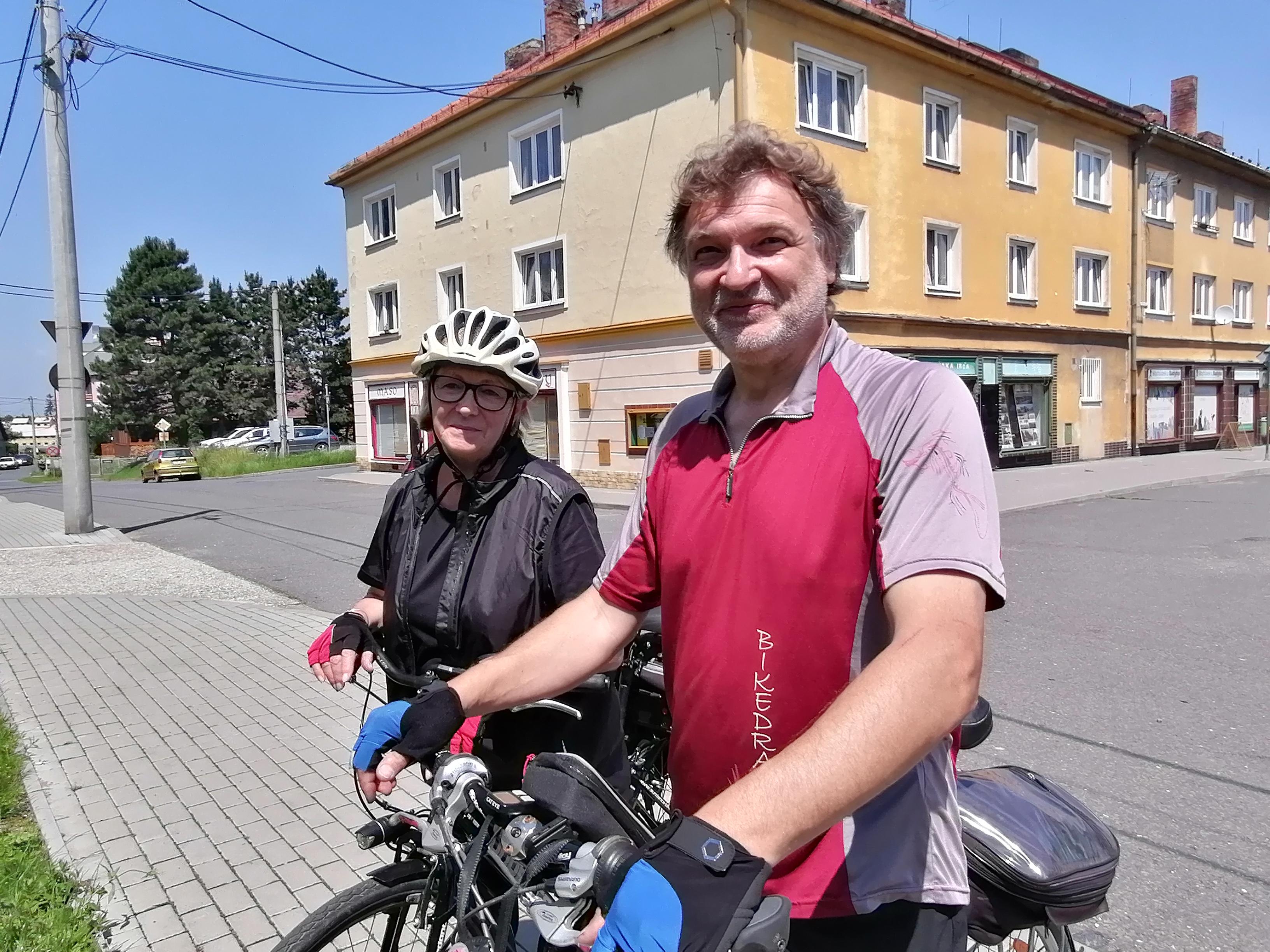 U mapy na osoblažském náměstí se přece zastavili dva cykloturisté. Upřímně, když to tady vidíme, tak bychom v Osoblaze žít nechtěli, říkají.