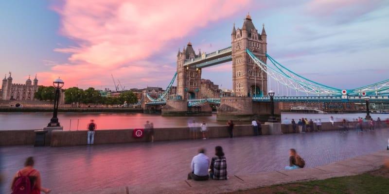 Most Tower Bridge je jednou z nejznámějších pomátek v Londýne.