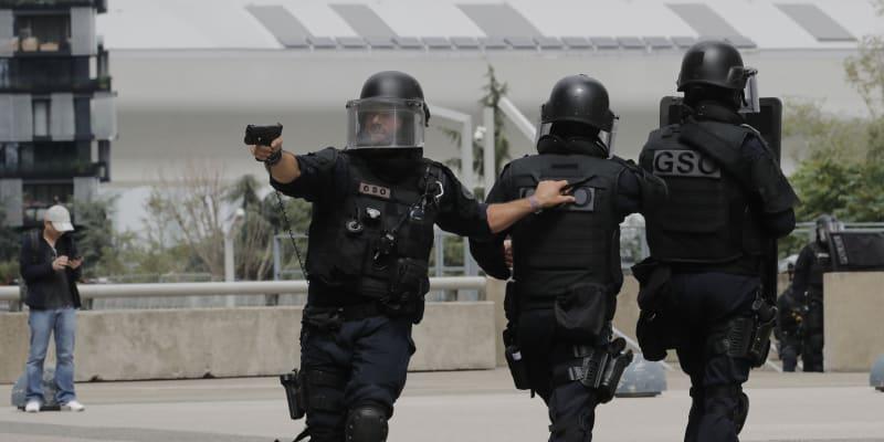 V poledne ale policisté operaci ukončili. Zřejmě jednalo o omyl.