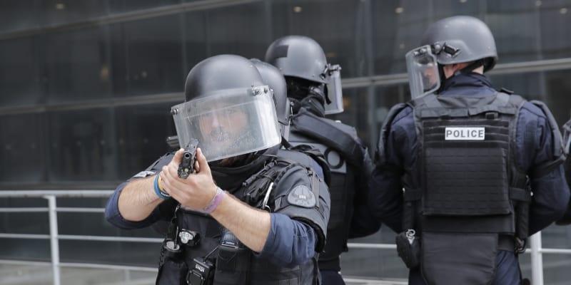 Francouzská policie dnes dopoledne uzavřela nákupní centrum v obchodní čtvrti La Défense.