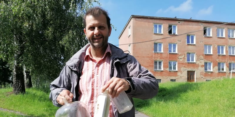 Marian Hrabovský nese nové přírůstky do osoblažského muzea.