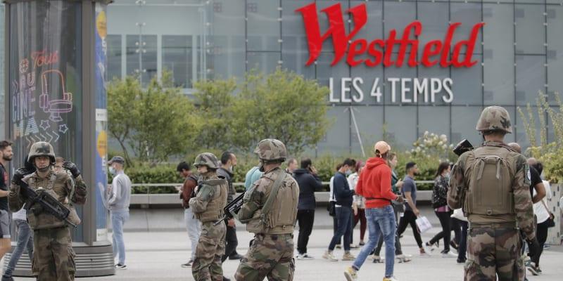 Celé obchodní centrum se muselo evakuovat a v místě dočasně přestalo stavět i metro.