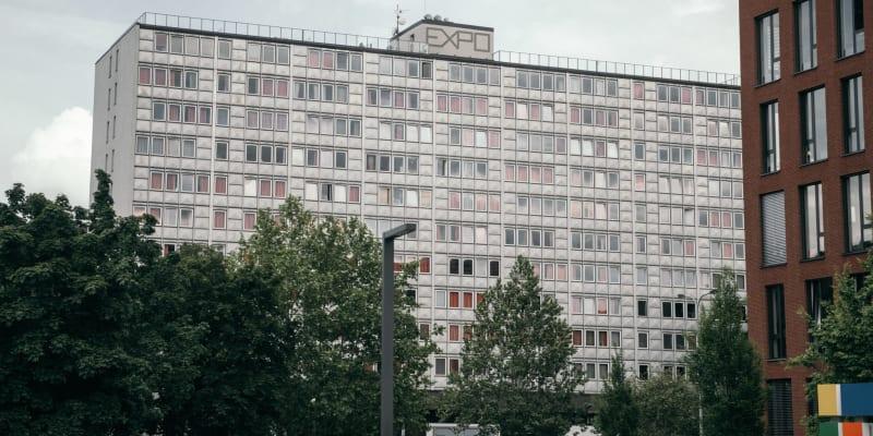 Budova inspirovaná světovou výstavou Expo 58 stojí ve středu sídliště.