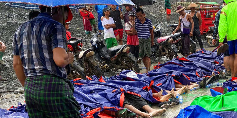 Záchranné práce po sesuvu v nefritovém dole v Myanmaru.