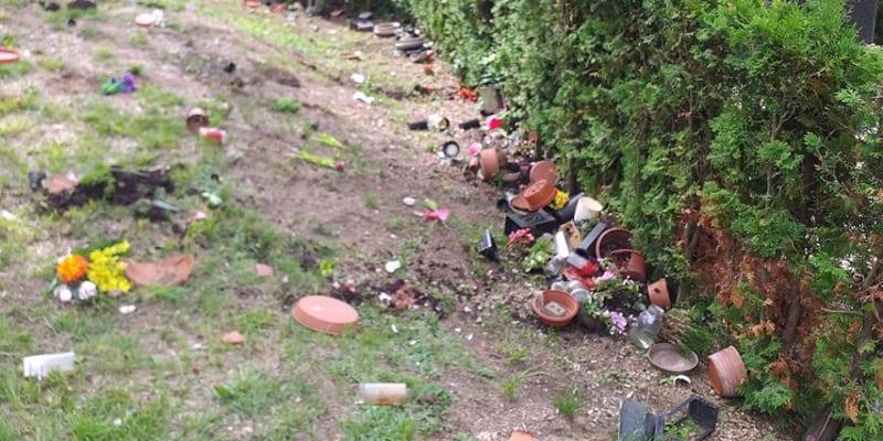 Vandalismus na libereckém hřbitově by mohl souviset s fotbalovými zápasy.