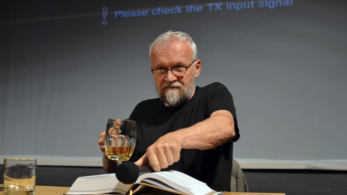 Jan Novák při prvních veřejných čteních biografie o Kunderovi vzbuzuje vášně