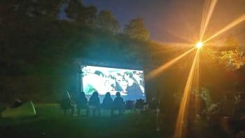 Letní kina opět získávají na popularitě. Kam na promítání pod širým nebem?