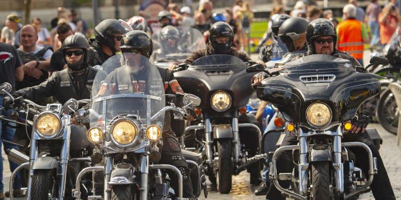 Tisíce motorkářů dnes po celém Německu protestovaly proti možným zákazům jízdy o nedělích a státních svátcích.