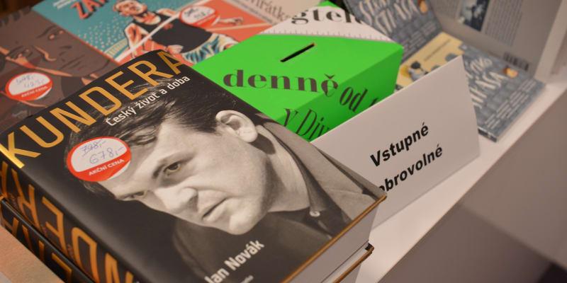Kniha Jana Nováka o Milanu Kunderovi ve festivalovém knihkupectví
