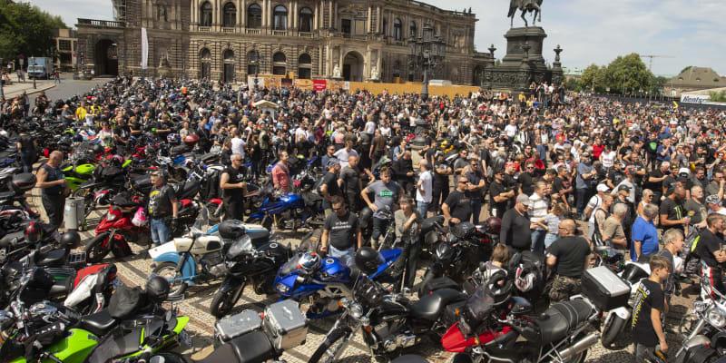Protesty motorkářů se konaly napříč Německem, zde je shromáždění před budovou drážďanské opery.