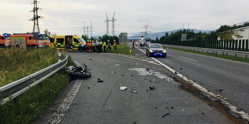 Motorkář při sjezdu z dálnice D48 najel zřejmě do protisměru, kde se střetl s dvěma auty.
