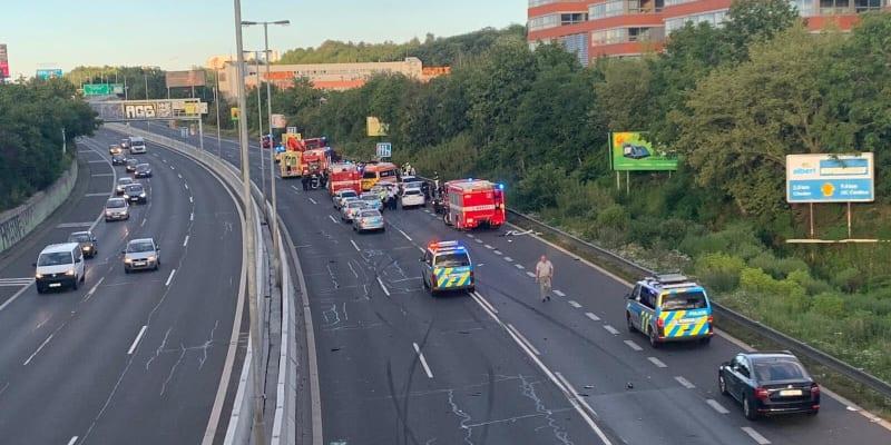Nehoda na pražském Chodově stála život policistu. Hlavní tah na Brno byl kompletně zablokovaný.