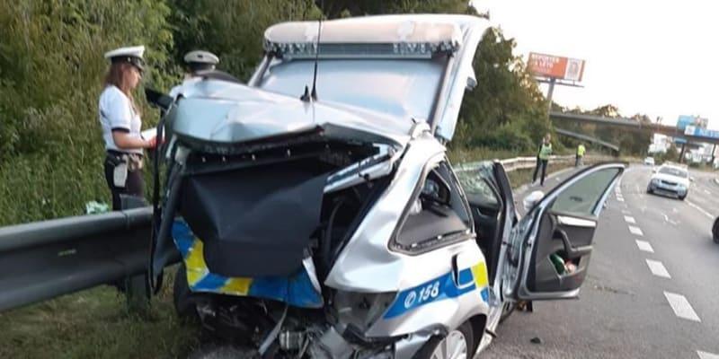 Policejní auto ve kterém zahynul jeden policista a další dva jsou vážně zraněni.