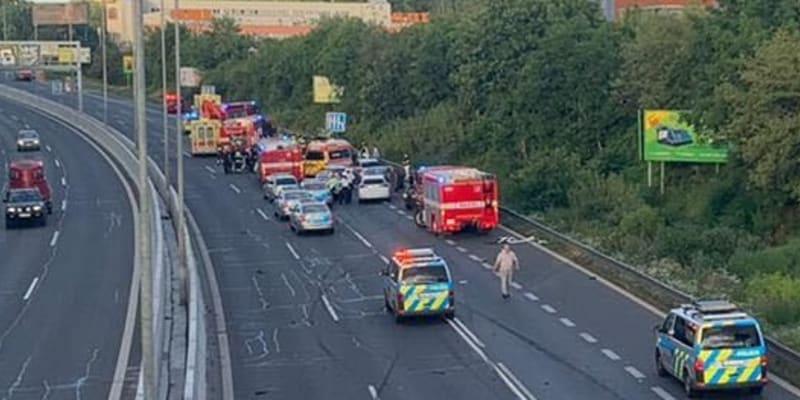 Opilá a zdrogovaná řidička narazila do vozu policie, jeden policista zemřel, další dva jsou těžce zraněni