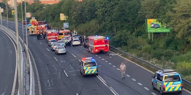 Opilá a zdrogovaná řidička narazila do vozu policie, jeden policista zemřel, další dva jsou těžce zraněni (zdroj: CNN Prima NEWS)