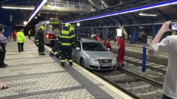 Nehoda jako ze sitcomu. Opilý polský řidič sjel v Praze do tunelu pro tramvaje