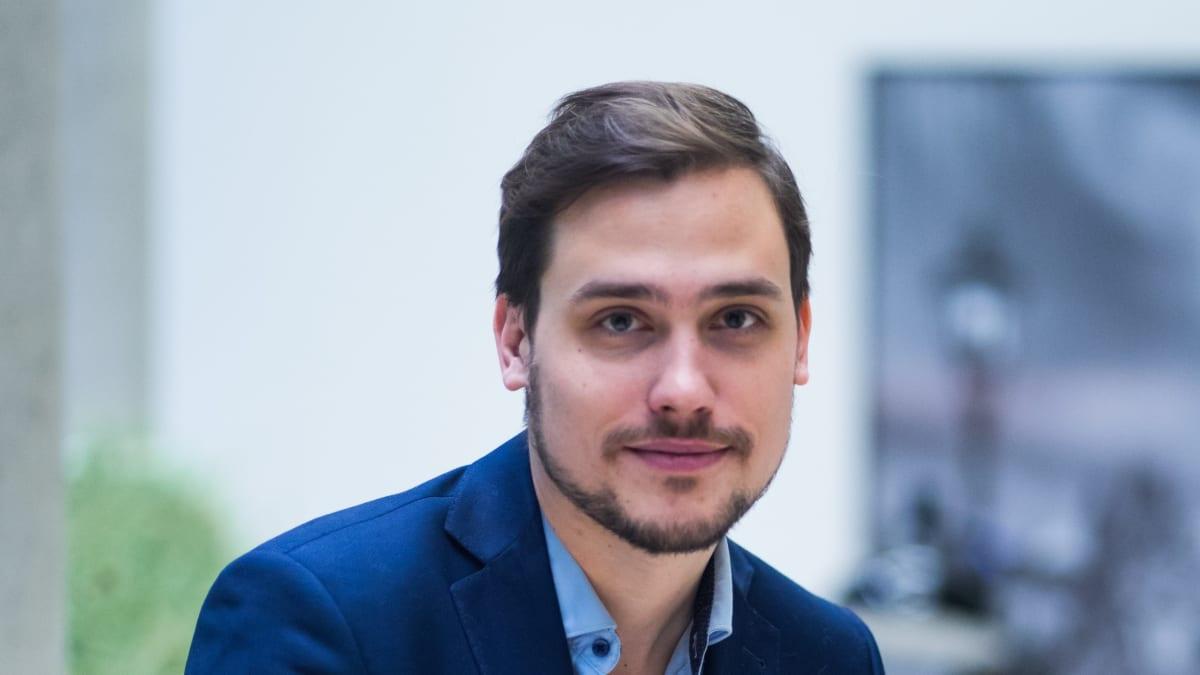 Pod rouškou levných peněz odkládáme důležité reformy, varuje ekonom Dominik Stroukal