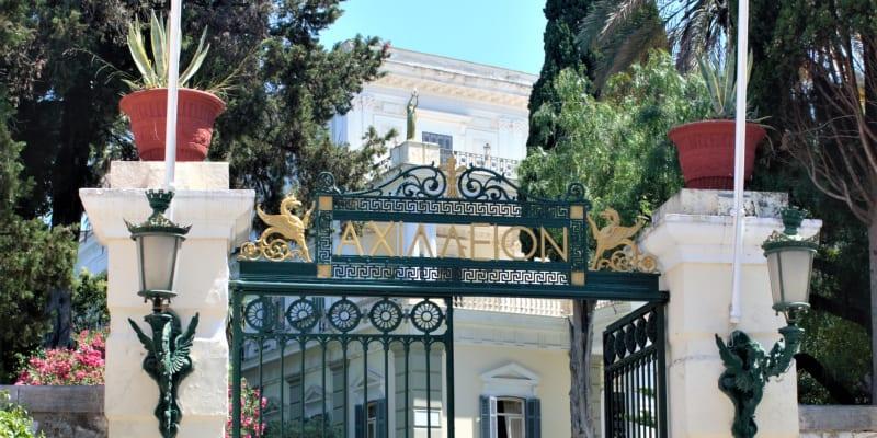 Vstup do paláce Achillion, který si nechala vystavět císařovna Sissi.
