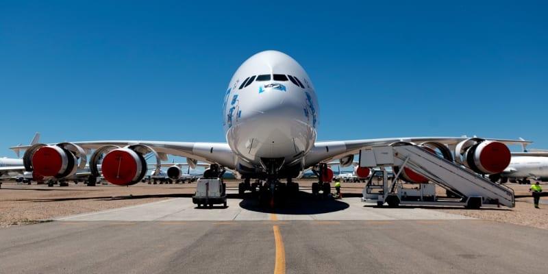 Čtyřmotorové letadlo na letišti v Teruelu.