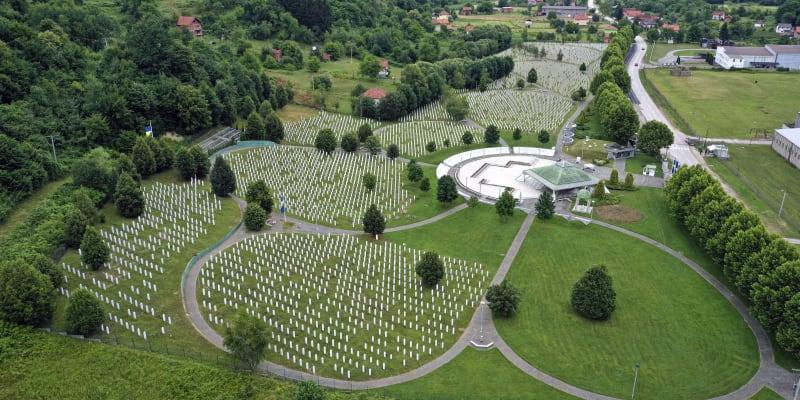 V Potočari je zatím pohřbeny ostatky více než sedmi tisíc obětí Srebrenického masakru.