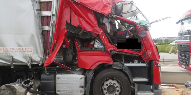 Nehoda se stala před 14:00 na 120. kilometru v opravovaném úseku dálnice. Nikdo se nezranil. Policie začala auta z dálnice odklánět na souběžnou silnici 602.