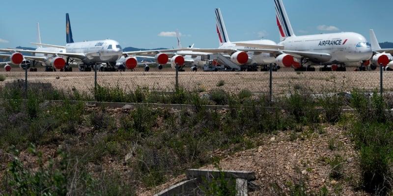 K letadlům se dá dostat poměrně blízko. Stojí kousek za plotem.