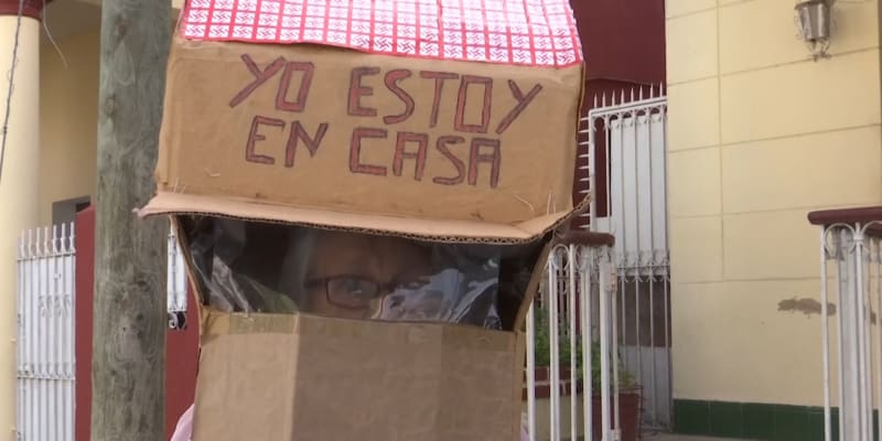 Osmdesáti dvou letá Feridia Rojasová, chodí po Havaně ve vlastnoručně vyrobené ochraně proti koronaviru - domečku z krabice.