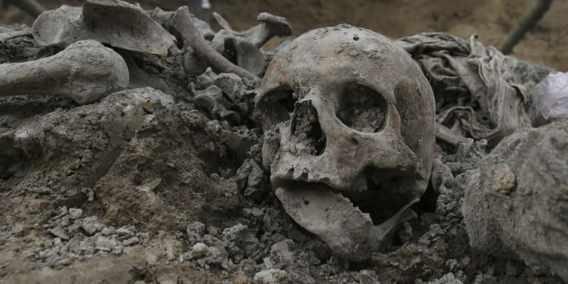 Jejich ostatky hledala ve všech nově odhalených masových hrobech.