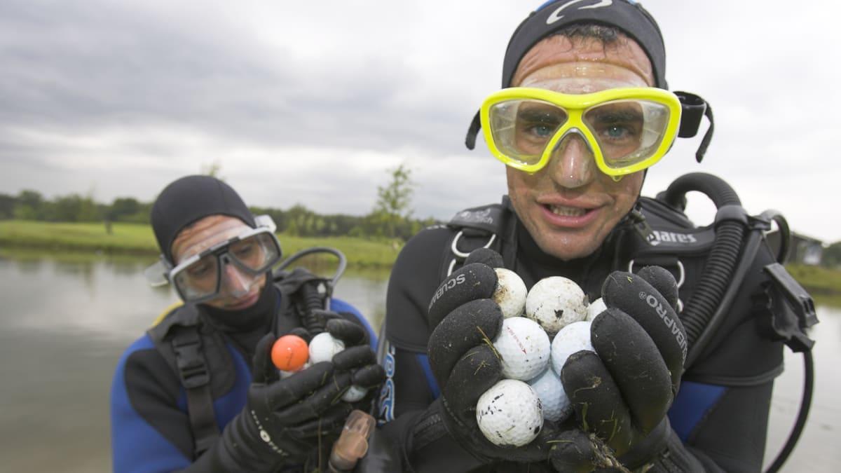 Ořezávají tužky, hledají míčky a jedí psí žrádlo. Jaká povolání pohřbí pandemie?